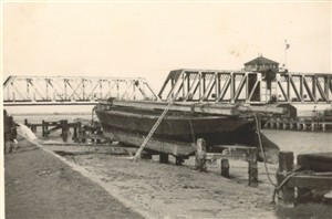 Photo:Breydon swing bridge, probably disused in 1950s