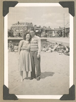 Photo:Couple on Great Yarmouth beach