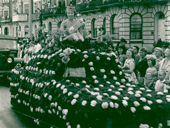 Photo:Carnival float on Marine Parade, c.1950
