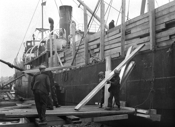 Photo:Photograph of Jewson's Yard, unloading timber