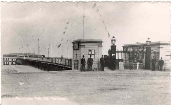 Photo:Postcard of Wellington Pier, c1900