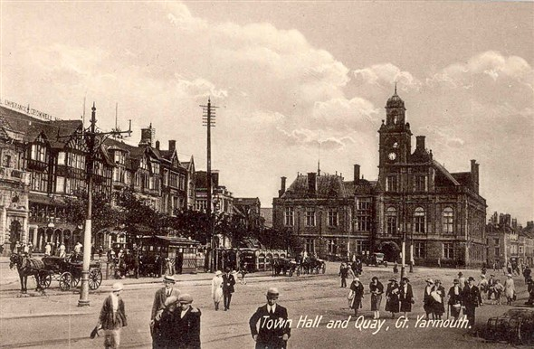 Photo:Postcard showing the Town Hall and Hall Quay